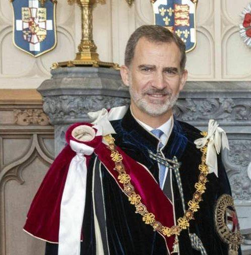 Felipe VI, dice sí a la tradición de la Jarretera mientras que no tiene ni una sóla fotografía ni cuadro con el atuendo original de Jefe y Soberano de su Insigne Orden: ElToisón.